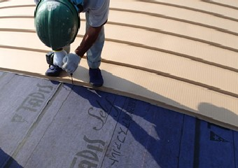 ガルバリウム鋼板を使い固定する屋根材